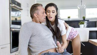 Annesinin İnadına Üvey Babayı Ayartıp Yarağa Saldırıyor